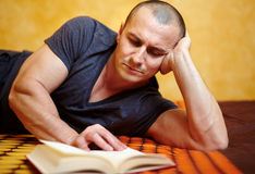 Casual man reading a book Royalty Free Stock Image