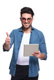 Casual man showing the thumbs up gesture Royalty Free Stock Photos