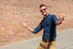 Casual man welcomes you in his city Royalty Free Stock Photos