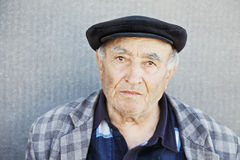 Casual senior at the wall Royalty Free Stock Photos