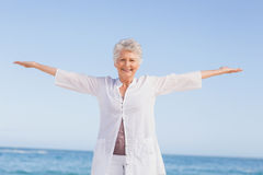 Casual senior woman with arms outstretched Royalty Free Stock Photos