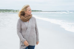 Casual senior woman looking away at beach Stock Photography