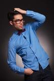 Casual vestido hombre de la moda con los vidrios Imagen de archivo