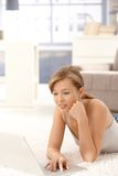 Casual woman using laptop computer Royalty Free Stock Photos
