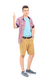 Casual young guy giving thumb up Royalty Free Stock Photos