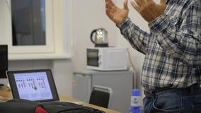 Casualy одело старшего профессора давая беседу на научной конференции Аудитория на конференц-зале Специалисты исследования сток-видео