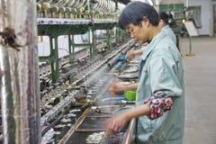 Casulos de seda de destaque do trabalhador chinês Imagens de Stock Royalty Free