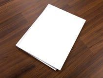 Catálogo en blanco, folleto, revistas, mofa del libro para arriba en el backgroun de madera imágenes de archivo libres de regalías