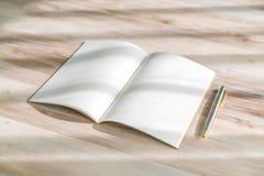 Catálogo en blanco, revistas, mofa del libro para arriba con la pluma en el backgroun de madera Fotografía de archivo