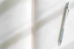 Catálogo en blanco, revistas, mofa del libro para arriba con la pluma en el backgroun de madera Imagen de archivo