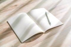 Catálogo en blanco, revistas, mofa del libro para arriba con la pluma en el backgroun de madera Fotografía de archivo libre de regalías