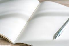 Catálogo en blanco, revistas, mofa del libro para arriba con la pluma en el backgroun de madera Fotos de archivo libres de regalías