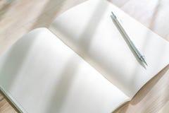 Catálogo en blanco, revistas, mofa del libro para arriba con la pluma en el backgroun de madera Fotos de archivo
