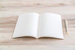 Catálogo en blanco, revistas, mofa del libro para arriba con la pluma en el backgroun de madera Imágenes de archivo libres de regalías