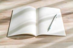 Catálogo en blanco, revistas, mofa del libro para arriba con la pluma en el backgroun de madera Imagenes de archivo