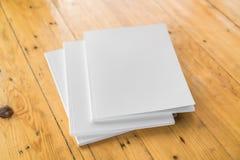 Catálogo en blanco, revistas, mofa del libro para arriba en el fondo de madera foto de archivo