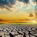 Catástrofe natural com terra e por do sol da seca imagem de stock