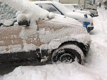 Catástrofes naturais nublado inverno, blizzard, estradas paralizadas nevadas fortes do carro da cidade, colapso Ciclone coberto d fotografia de stock
