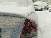 Catástrofes naturais nublado inverno, blizzard, estradas paralizadas nevadas fortes do carro da cidade, colapso Ciclone coberto d fotos de stock royalty free