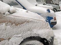 Catástrofes naturais nublado inverno, blizzard, estradas paralizadas nevadas fortes do carro da cidade, colapso Ciclone coberto d imagens de stock