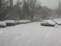 Catástrofes naturais nublado inverno, blizzard, estradas paralizadas nevadas fortes do carro da cidade, colapso Ciclone coberto d Imagem de Stock Royalty Free