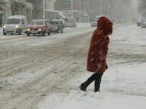 Catástrofes naturais nublado inverno, blizzard, estradas paralizadas nevadas fortes do carro da cidade, colapso Ciclone coberto d imagens de stock royalty free