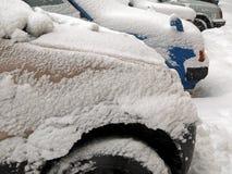 Catástrofes naturais nublado inverno, blizzard, estradas paralizadas nevadas fortes do carro da cidade, colapso Ciclone coberto d foto de stock royalty free