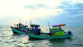 Cat Ba A aldeia piscatória Vista do cais Barcos vietnamianos no cais Diverso barco após ter pescado o suporte em um cais de filme