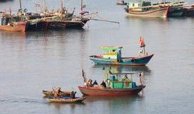 Cat Ba, Vietname Barcos e pescadores de pesca Fotos de Stock