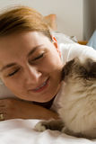 Cat kissing woman master Royalty Free Stock Photos