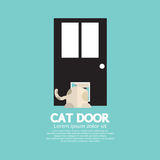 Cat Passing Through The Door per il gatto Fotografia Stock Libera da Diritti