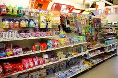 Cat Pet Products en un supermercado del animal doméstico Imágenes de archivo libres de regalías