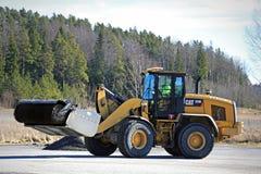 Cat Wheel Loader Bucket Sweeper pulisce l'iarda Immagine Stock Libera da Diritti