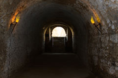 Catacombs av de upplyst facklorna för gammalt slott arkivbilder