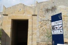 Catacumbas de la entrada del St Paul Malta, con la muestra de la información Imagen de archivo libre de regalías