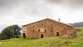 Catalán antiguo Farmershouse con el pozo de la piedra fotografía de archivo libre de regalías