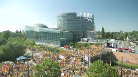 Catalaanse protesteerders voor het Europees Parlement stock footage
