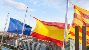 Catalan, Espagnol, drapeaux européens au-dessus de Barcelone Image stock