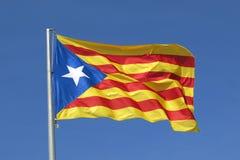 Catalan flagga för flaggasjälvständighetseparatist som vinkar i blå himmel Arkivfoto