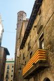 Catalan flagga som hänger på en balkong, i den gotiska fjärdedelen av stången Arkivbilder