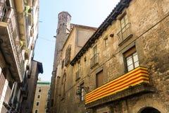 Catalan flagga som hänger på en balkong, i den gotiska fjärdedelen av stången Fotografering för Bildbyråer