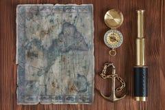 Catalejo, compás, ancla y mapa viejo Imágenes de archivo libres de regalías