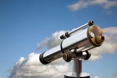 Catalejo contra el cielo imagen de archivo
