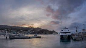 Catalina Ferry en Avalon, lapso de tiempo de la noche de Santa Catalina Island metrajes
