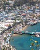 Catalina Island semestersemesterort, Avalon, Kalifornien, flyg- sikt av den gröna nöjepir, lugna havfjärdsikt av färgrika hus, b royaltyfria bilder