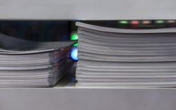 Catalogi in een plank worden gehouden die royalty-vrije stock afbeelding