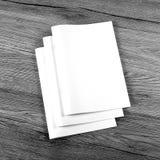 Catalogo in bianco, opuscolo, riviste, libro su fondo di legno immagini stock libere da diritti