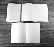 Catalogo in bianco, opuscolo, riviste, libro su fondo di legno fotografia stock