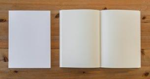 Catalogo in bianco, riviste, derisione del libro su fotografia stock