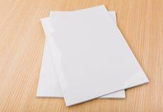 Catalogo in bianco, riviste, derisione del libro su su fondo di legno immagine stock libera da diritti